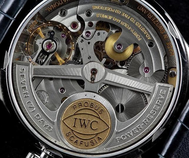 Mientras el péndulo de un reloj de pared siempre tiene la misma amplitud de  oscilación, el volante tiene que vérsela constantemente con los movimientos  a